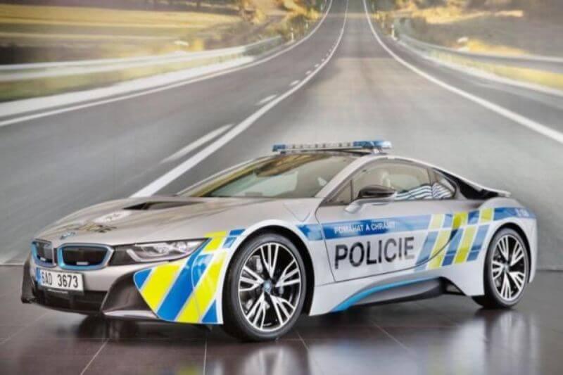 policia de la República Checa en un BMW i8